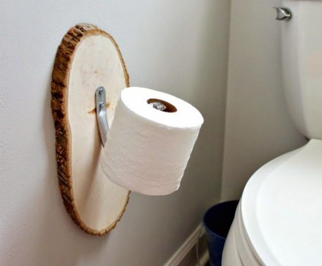 Держатель для туалетной бумаги закрепленный на срубе из дерева
