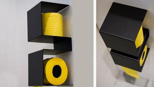 Ярко-желтая туалетная бумага на черных полках выглядит контрастно и красиво
