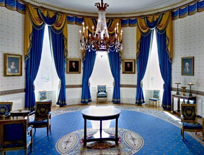Торжественный зал с ярко синими предметами декора