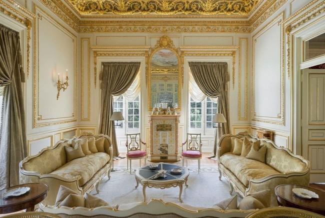Роскошная гостиная комната с использованием позолоты