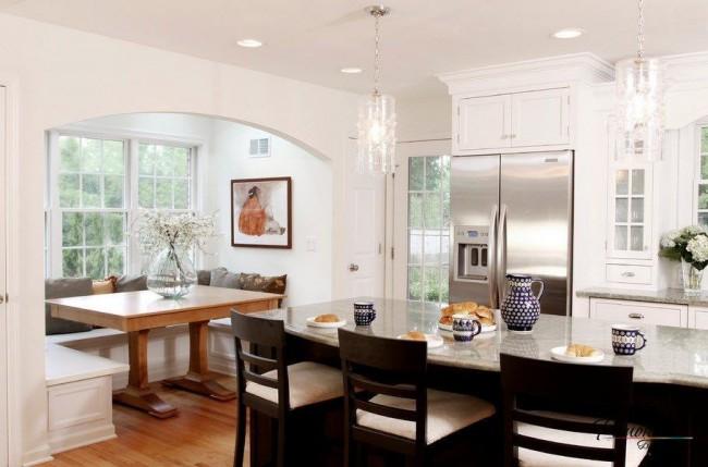 Столовая и кухня кажутся одним целым, в то же время они разделены широкой аркой