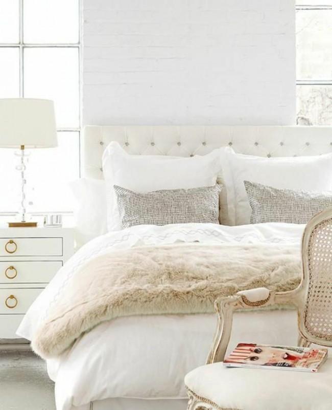 Белая кирпичная стена у изголовья кровати - это интересно и необычно