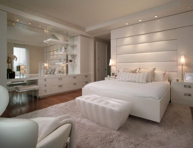 Разбросанное светодиодное освещение и небольшие настольные лампы придадут спальне больше уюта