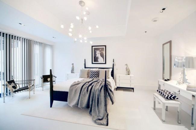 В белой спальне не нужно много освещения, особенно, если есть красивая акцентное центральное освещение