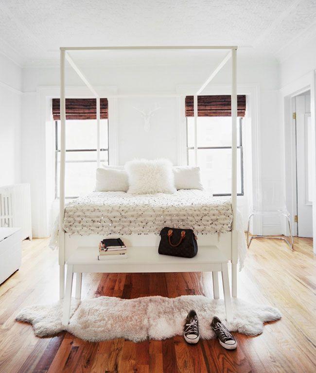 Светло-коричневый пол в белой спальне