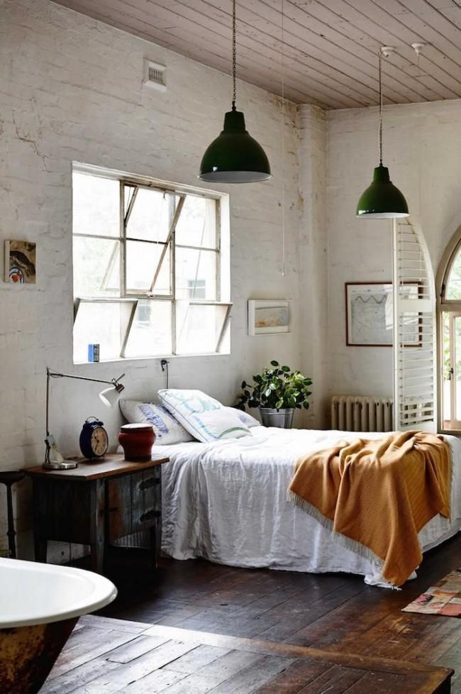 Белая спальня с имитацией кирпичных стен и деревянного потолка