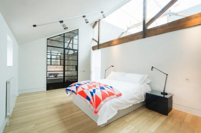 Белая спальня со светлым полом в стиле минимализм