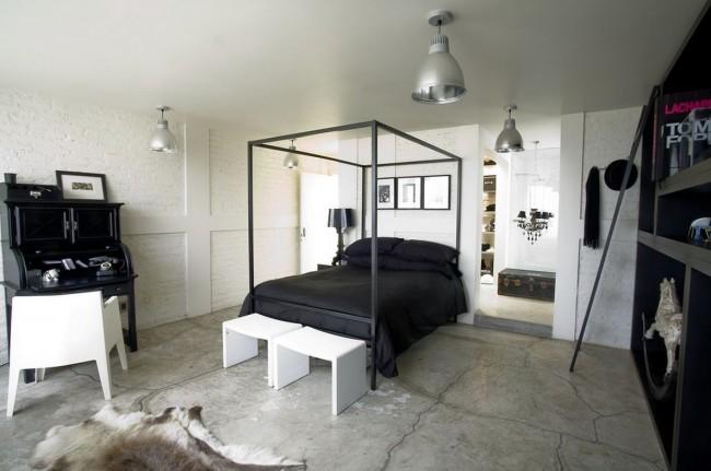 Белая спальня в индустриальном стиле с черной кроватью
