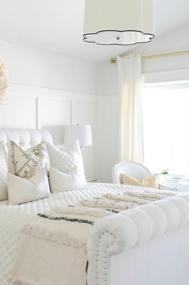 Большое количество белых подушек в белой спальне добавят еще больше мягкости и воздушности