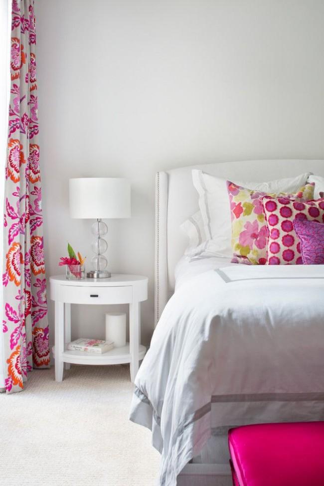 Яркие подушки и шторы добавят в белую спальню настроения