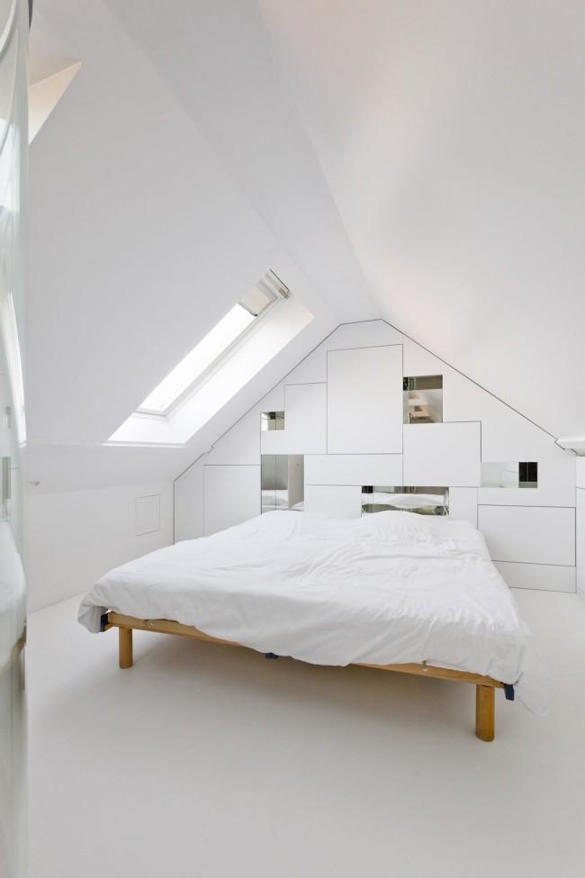 Белая мансардная спальня в минималистичном стиле