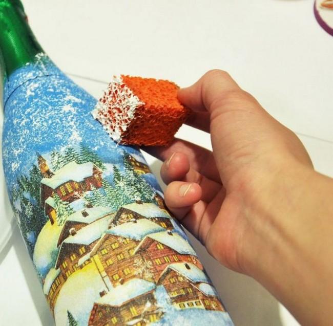 Пройдитесь белой краской по бутылке, чтобы сгладить очертание рисунка