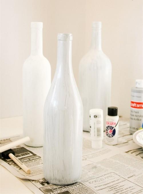 Очищенную бутылку от этикетки покрываем белой краской