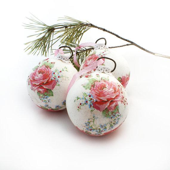 Нежные мотивы с розами на новогоднем шаре