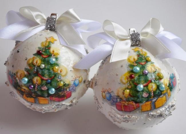 Новогодние игрушки ручной работы с рисунком елки и выпуклыми шариками на ней