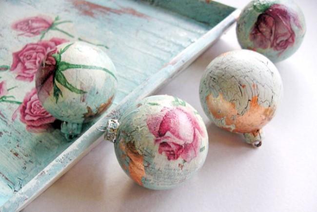 Декупаж новогодних шаров ручной работы в винтажном стиле на сегодняшний день наиболее популярен
