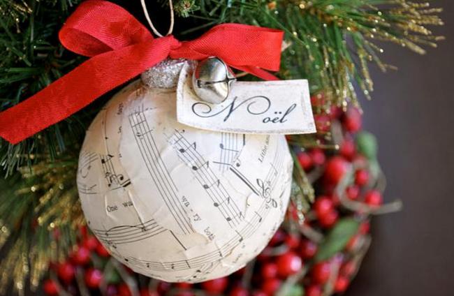 Новогодний шар ручной работы, созданный с помощью бумаги с нотами