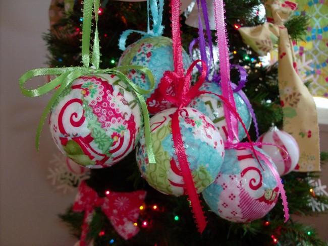 Яркие, красочные елочные шары помогут создать соответсвенное настроение