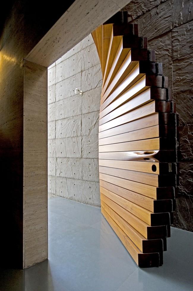 Великолепная деревянная дверь