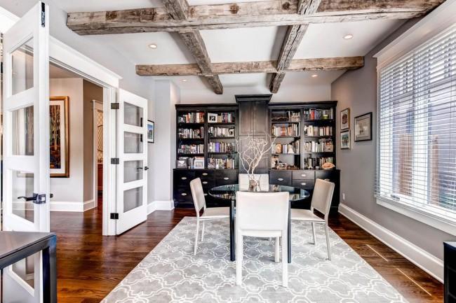 Потолок с отделкой деревянными балками смотрится красиво и очень необычно