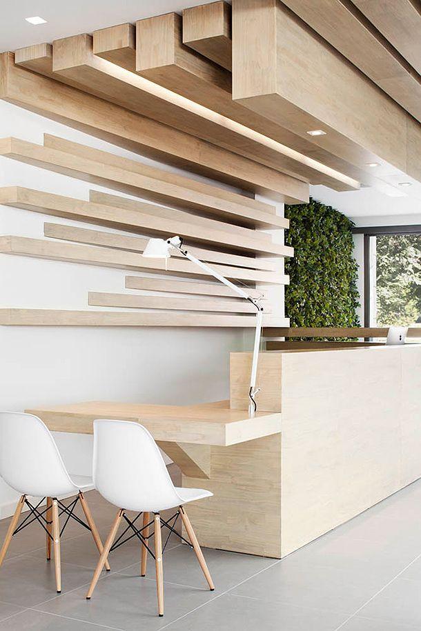Декор деревянным брусом потолка над рабочей зоной