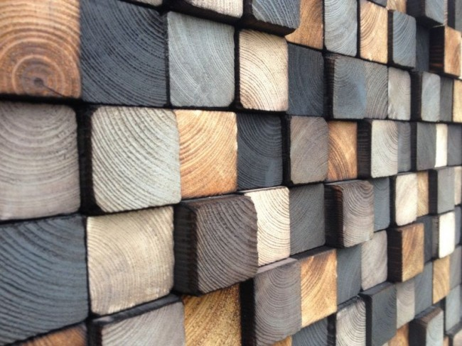 Украшение стены спилами деревянных брусьев
