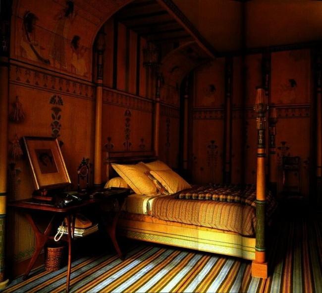Египетские рисунки на стенах, полосатый ковер на полу и арочные своды также являются стандартными атрибутами егпитеского направления