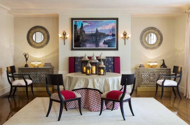 Оформление стен и потолка в одном цвете, а также бордюры под потолком - это тоже является элементом египетского стиля
