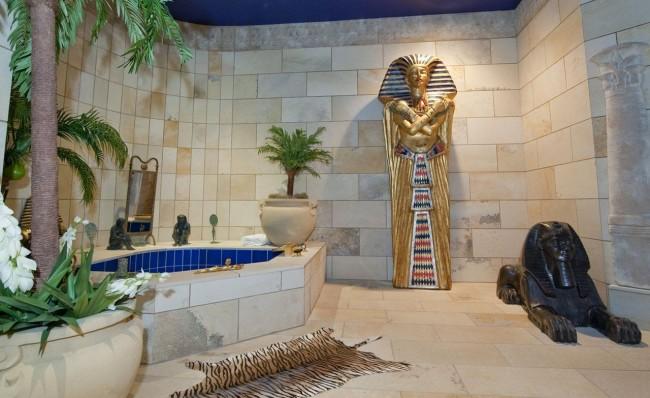 Данная ванная комната своим оформлением полностью переносит в Египет во времена правления фараонов