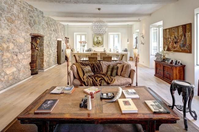 Египетский стиль в современной квартире дополненный имитацией каменной стены
