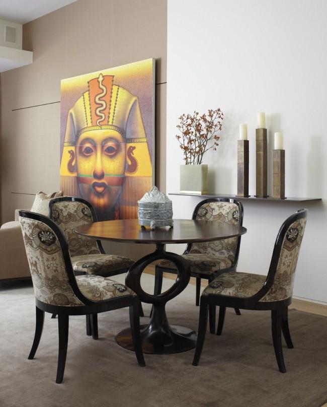 Элементы египетского стиля придают утонченную изысканность интерьеру