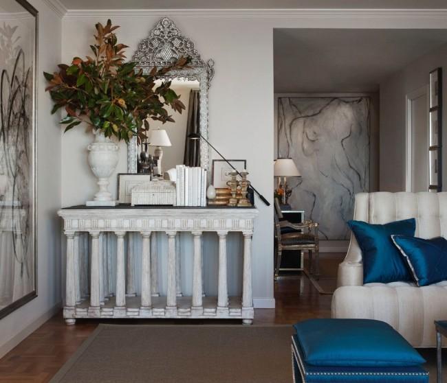 Даже незначительные элементы интерьера, такие как синие подушки и бордюр под потолком немного приближают вашу комнату к египетскому стилю