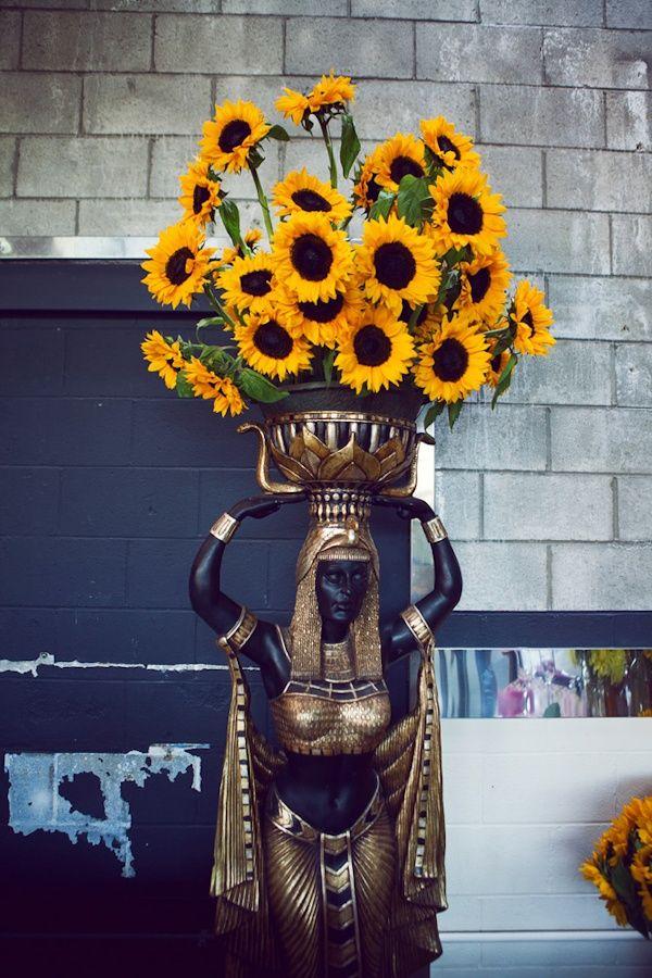 Статуэтка и подставка под цветы в египетском стиле