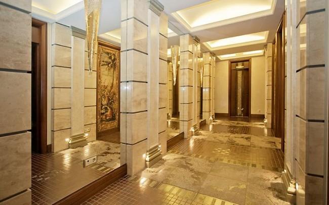 Даже с учетом того, что нет явных атрибутов Египта, данный холл выглядит в египетском стиле