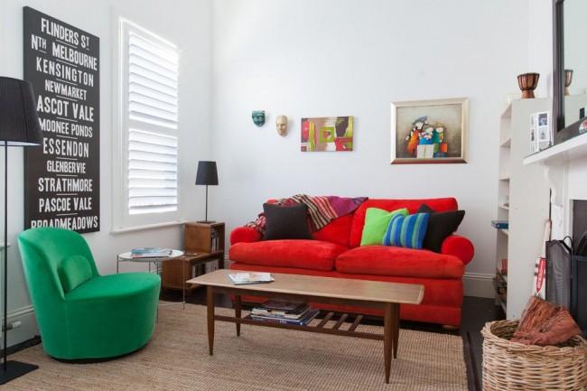 Зал 18 кв.м с белыми стенами и яркой мебелью смотрится очень интересно