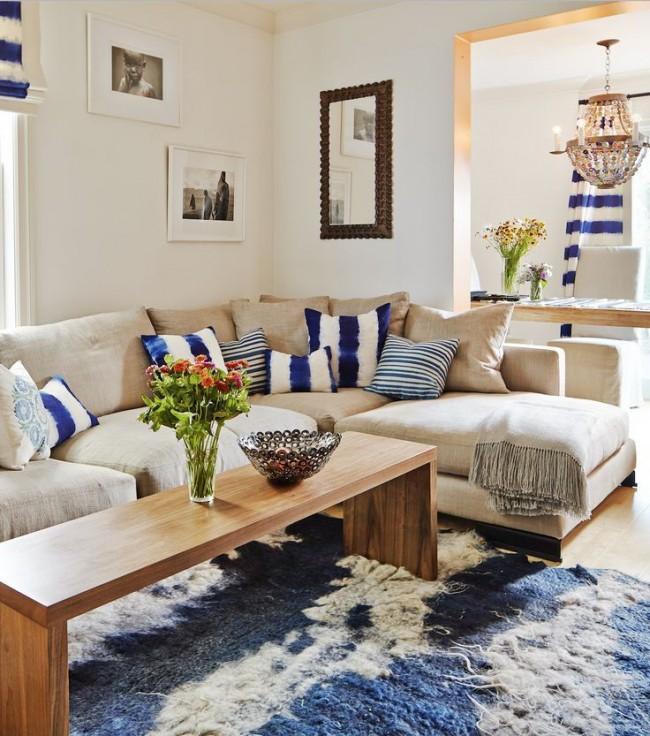 Угловой диван сине-белыми подушками в цвет штор