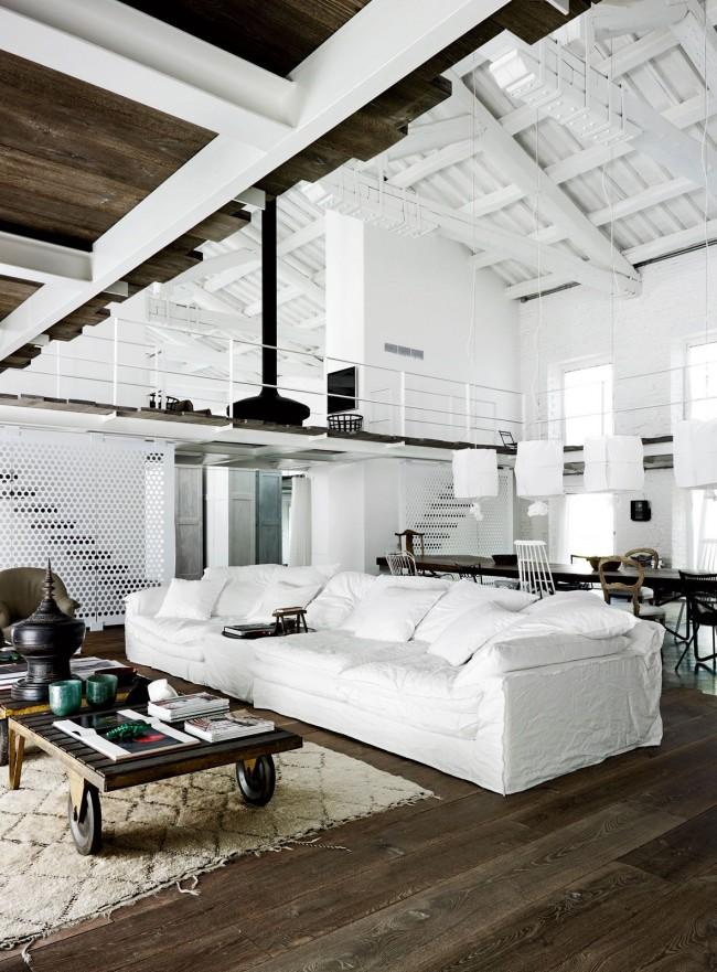 Деревянные и металлические балки характерны для потолков в этом стиле