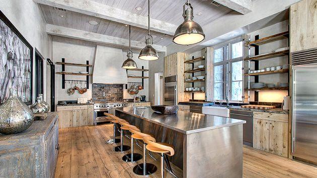 Металлические подвесные лампы на кухне в индустриальном стиле