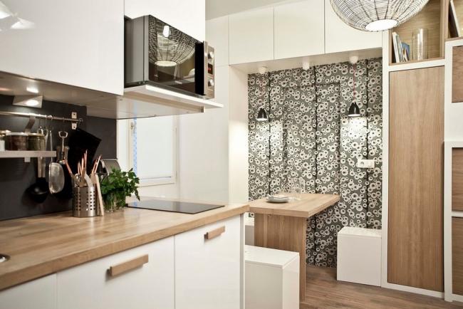 Вмонтированная микроволновая печь очень удачно экономит пространство рабочей зоны кухни