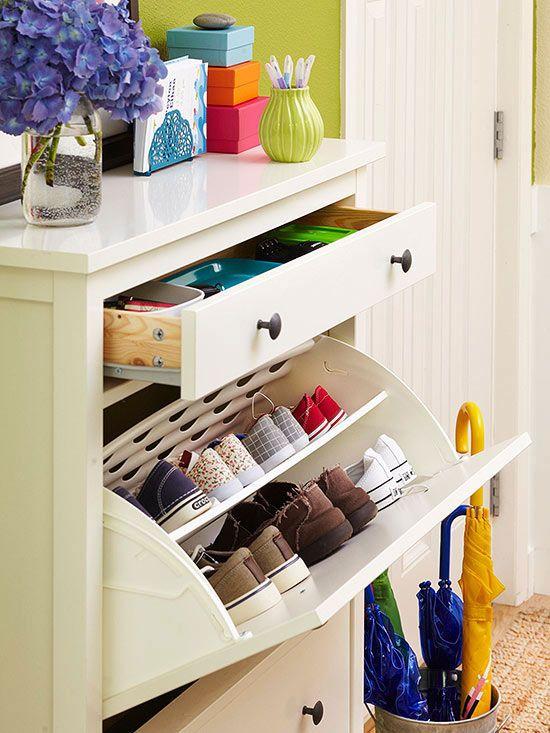 Такой узкий и невысокий шкаф вполне подойдет для небольшой прихожей