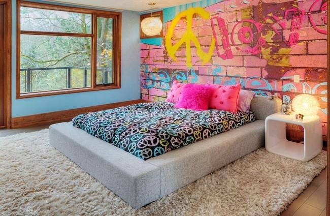 Удобное низкое ложе в комнате с современным дизайном