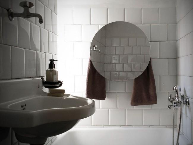 Стеклянный экран с зеркальной поверхностью в ванной комнате