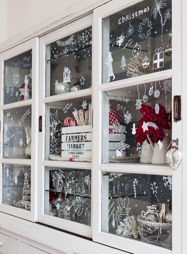 Дайте волю своей фантазии и разрисуйте тематическими рисунками не только окна, но и стеклянные дверцы шкафов