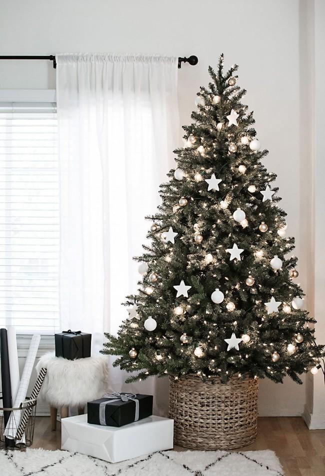 Нежная елочка, украшенная белым декором и гирляндой