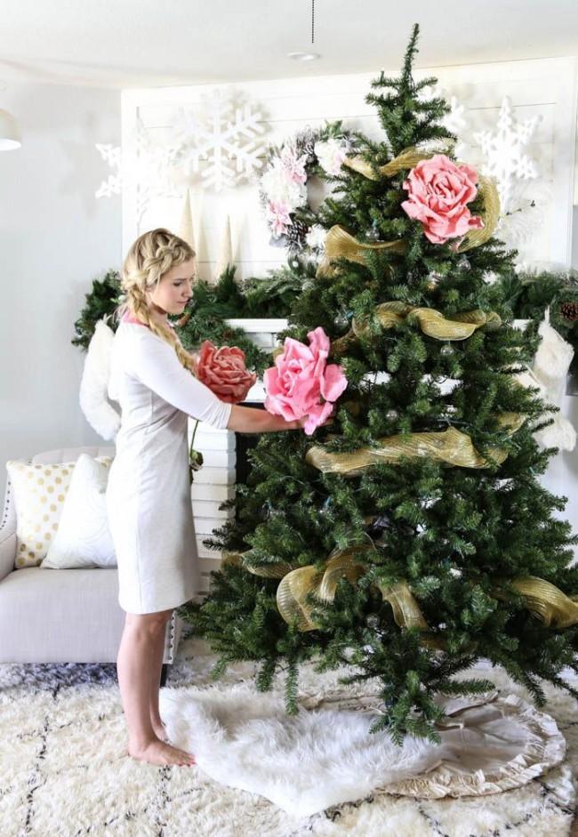Огромные цветы из гофробумаги - необычное и яркое украшение елки