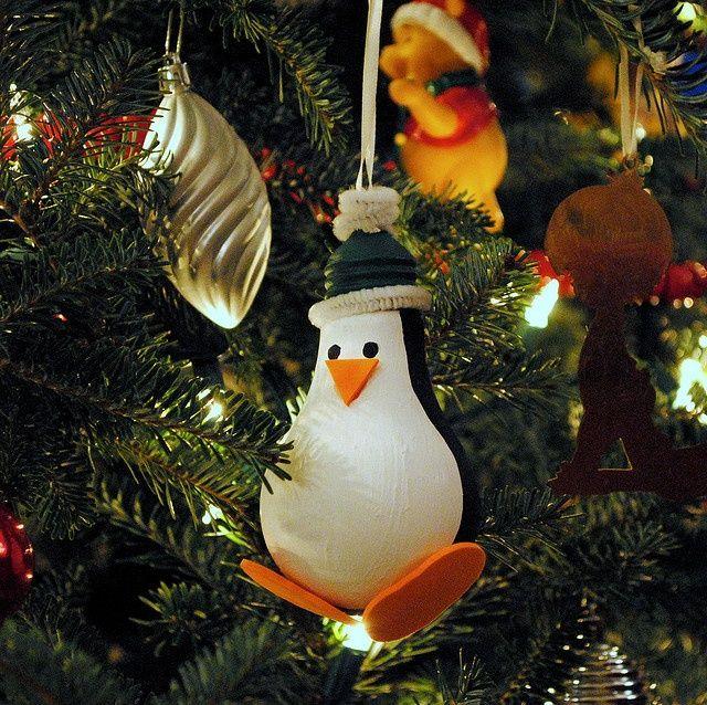Симпатичный пингвиненыш из лампочки