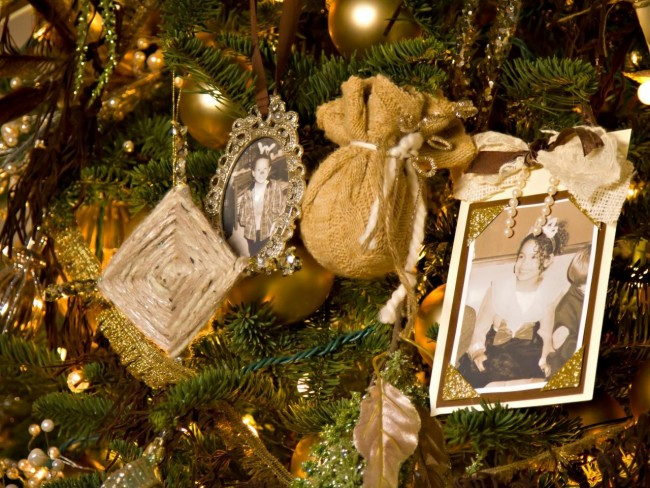 Семейные фото - очень душевное, милое украшение для праздничного дерева