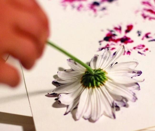 Используя простой цветок или листья деревьев, можно создать уникальный холст