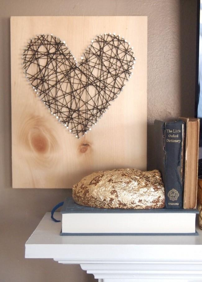 Изящный элемент декора, выполненный из ниток, натянутых на гвоздики
