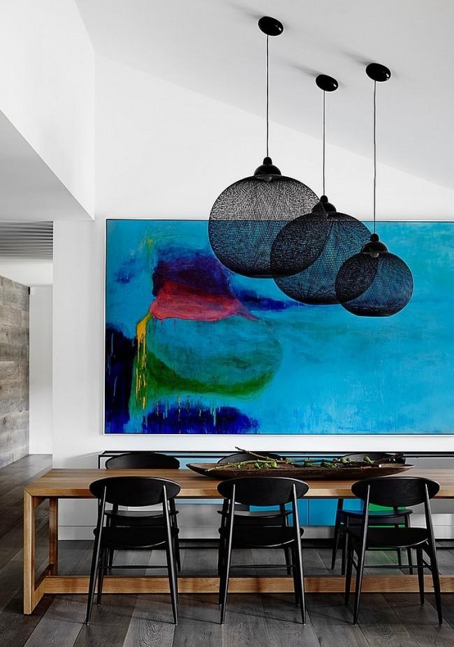 Глубокая синяя картина в интерьере